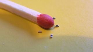 """世界「電子部品が""""砂時計""""の砂サイズに!」世界最小の抵抗器開発に驚き"""