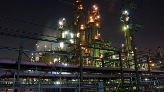 海外「まるで生きているようだ!」工場夜景は臨場感たっぷり