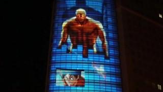 海外「川崎駅で話題のアニメを再現!」進撃の巨人 プロジェクションマッピング