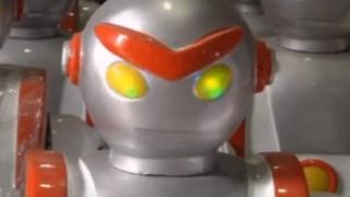 海外「どうしてこうなった!」ウルトラマン?の刀削麺ロボット