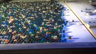 海外「大人版・ピンボール工作が半端ない!」大きなピンボールと11,000個のビー玉!!