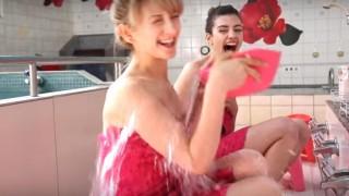 海外「期間限定ピンクと花の銭湯が登場!」海外から見た、日本の銭湯の魅力を美女が紹介!