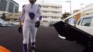 海外「恥ずかしい!バイクに乗る男」フリーザのコスプレが面白い!