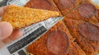 海外「カリカリ食感がたまらない!」チーズと麺が絡んで美味しい!チキンラーメンピザを作ってみた