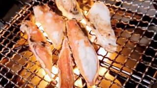 海外「日本人の包丁さばきが凄い!」焼きタラバガニのうまい食べ方!