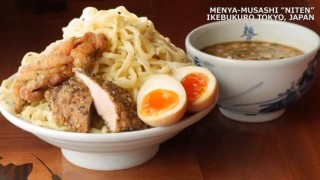 海外「豪快なチャーシューをがっつり!」麺屋武蔵が迫力満点!