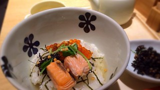 海外「無限ループおもしろい!」炙り焼鮭おにぎり茶漬けがイケる!