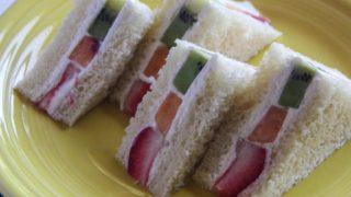 海外「甘さ控え目!いちご、キウイ、桃を使った」フルーツサンドイッチの作り方
