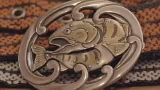 海外「金工品の細工の美しさ」肥後象がんは錆色の重厚な作品