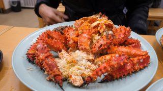 海外「北海道市場で腹いっぱい!」特大タラバガニと花咲ガニを食べる夢を実現