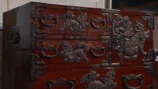 海外「武士の刀を収める歴史あるタンス」仙台箪笥の飾り金具と漆塗りが逸品