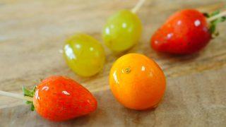 海外「皮ごと食べる甘酸っぱい冬の果実」金柑と苺と葡萄のフルーツ飴の作り