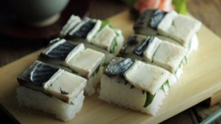 海外「ぎゅぎゅっと!たくさんのすし飯が詰まった」鯖押し寿司の作り方