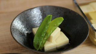 海外「おダシの味が丁度いい!きぬさやを添えた」高野豆腐の作り方