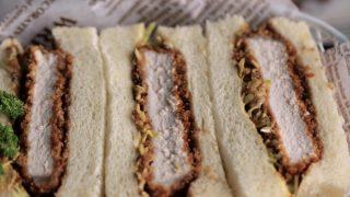 海外「千切りキャベツに甘辛いタレが絶品!」カツサンドのおいしい作り方